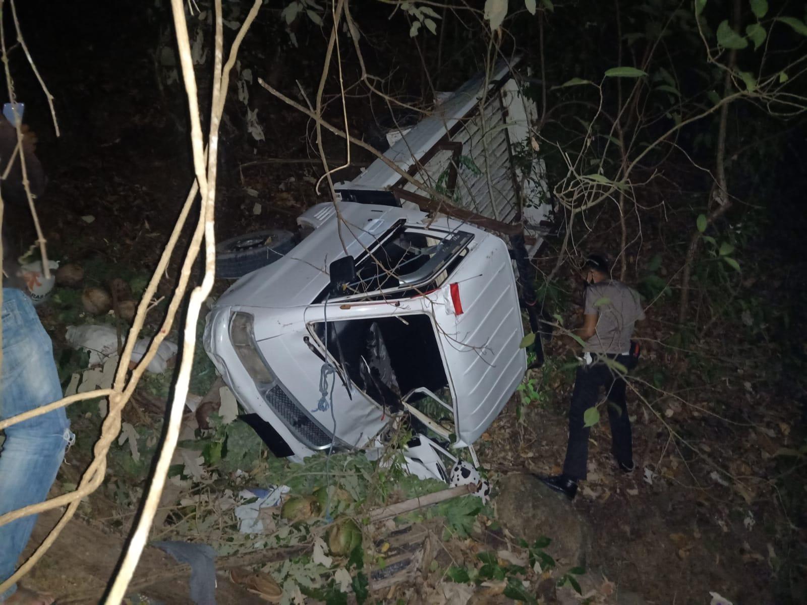 Mobil Pick Up terjungkal di Dusun Hepang, Desa Nenbura, Kecamatan Bola, Selasa (31/08/2021). Foto: Dok. Polsek Bola