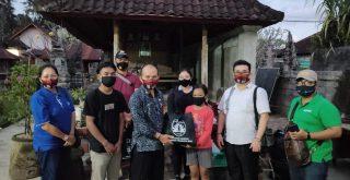 Pramuka Kwarda Bali menyerahkan bantuan sembako kepada kakak beradik di Mengwi. Foto: Lintasnusanews.com/Istimewa