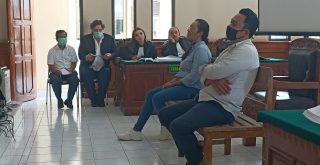 Dua mantan karyawan villa saat menjadi saksi kasus dugaan penganiayaan dengan terdakwa bule Irlandia. Foto: Lintasnusanews.com/Widodo