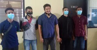 Empat calon peserta magang asal Flores Timur NTT foto bersama kuasa hukum Charlie Usfunan, SH.,MH. Foto: Boy Edlon