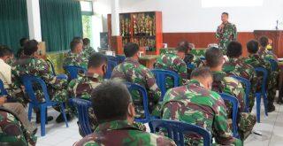 Dandim Klungkung tengah menyapikan arahan saat penyuluhan hukum di Kodim Klungkung, Senin (21/9/2020). Foto: Lintasnusanews.com/Istimewa