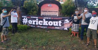 Bentangkan spanduk #erickout, ARAK Bali minta Menteri BUMN Erick Thohir mundur. Foto: Lintasnusanews.com/Widodo