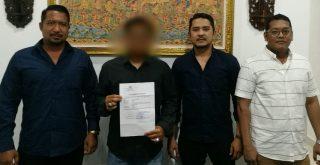 Oknum pengacara Ketut WA memegang bukti laporan polisi dan membantah selingkuhi istri orang. Foto: Lintasnusanews.com/Wgung Widodo
