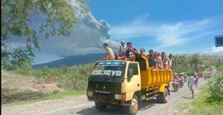 Proses evakuasi pengungsi Gunung Ile Lewotolok, Lembata - NTT. Relawan Taman Daun turut membantu pengungsi yang masih bertahan di Desa Lamatokan, Ile Ape Timur. Foto: Lintasnusanews.com/Tofik