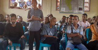 Relawan Covid19 Desa Gera dan warga setempat pertanyakan honor di kantor desa, Sabtu (16/01/2021). Foto: LIntasnusanews.com/Karel Pandu