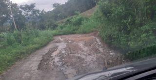 Jalan penghubung Kampung Manu Kako, Wolo One rusak berat. Foto: Lintasnusanews.com/Karel Pandu