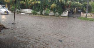 Banjir genangi sejumlah badan jalan Kota Maumere NTT, Senin (18/01/2020) petang. Foto: Lintasnusanews.com/Karel Pandu