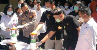 Direktorat Narkoba Polda Bali saat memusnahkan barang bukti narkoba di Mapolda Bali, Kamis (6/5/2021). Foto: Lintasnusanews.com/Agung Widodo