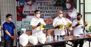 Petugas BNN Kalsel tengah memperlihatkan barang bukti sabu seberat 8 kilogram lebih saat jumpa pers, Selasa (15/06/2021) lalu. Foto: Lintasnusanews.com/Rahmat